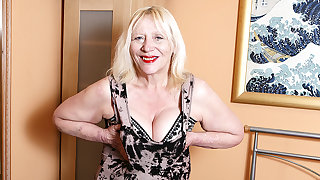 Raunchy British Housewife Effectuation With Say no to Hairy Snatch - MatureNL